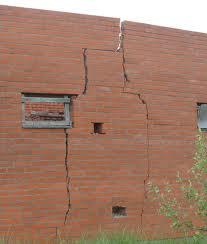 поднятие фундамента морозным пучением - трещины в кирпичной кладке и разрушение стен